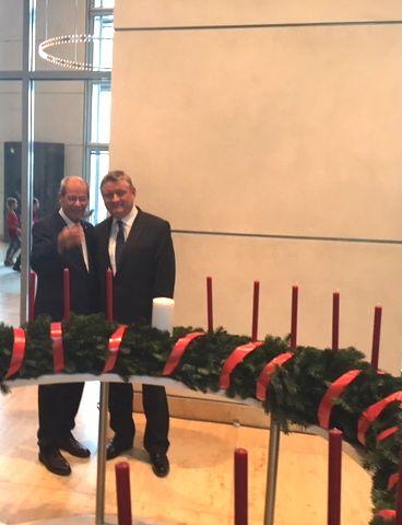 Karl-Heinz Wange mit Hermann Gröhe während der Verleihung des Adventskranzes der Diakonie Deutschlands an den Deutschen Bundestag am 25.11.2016 in Berlin