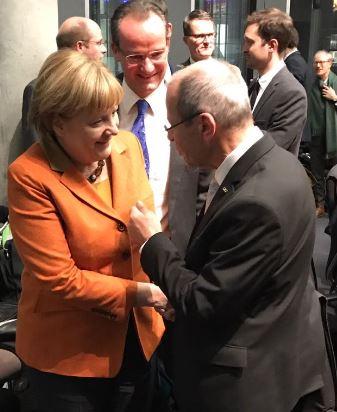 Karl-Heinz Wange mit Bundeskanzlerin Angela Merkel am Rande des EU-Ausschusses am 14.12.2016